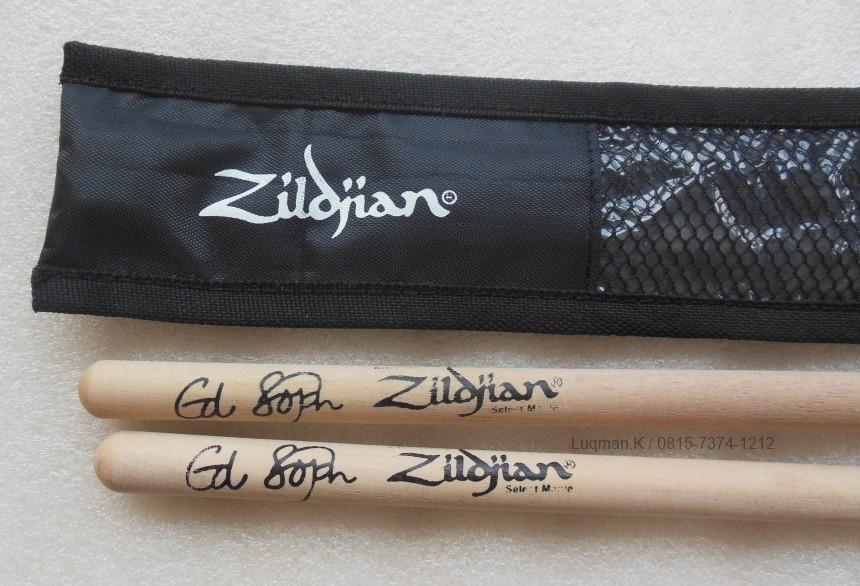 Stick Drum Zildjian Sawo + Softcase M03 100% Barang Baru. Set kelengkapan drummer profesional maupun pemula. Terbuat dari bahan kayu dan kain berkualitas.