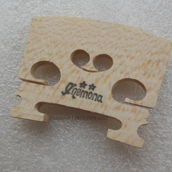 Bridge Violin M1 (3/4;4/4) dari bahan kayu berkualitas tinggi dan telah dilengkapi dengan desain ukiran yang tampak elegan membuatnya terlihat lebi menarik.