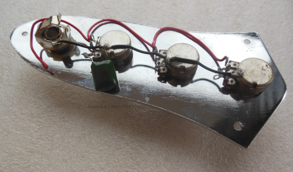 Pre Wiring Plat Body Jazz Bass Chrome100% Barang Baru, berfungsi untuk variasi gitar telecaster. Dilengkapi dengan tombol. Tersedia dalam warna silver.