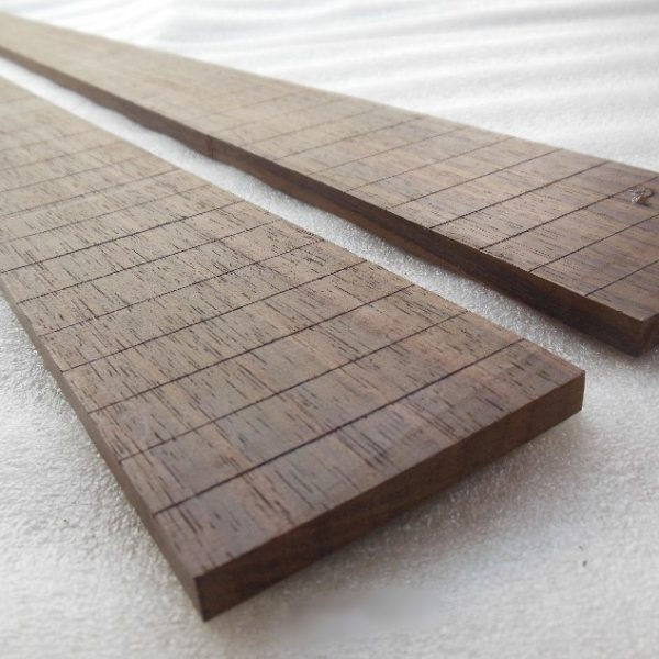 Fretboard Rosewood Bass Plot bahan berkualitas, sudah dibentuk dan dilengkapi dengan slot untuk fret sebanyak 25 slot. Terbuat dari material kayu mahogani.