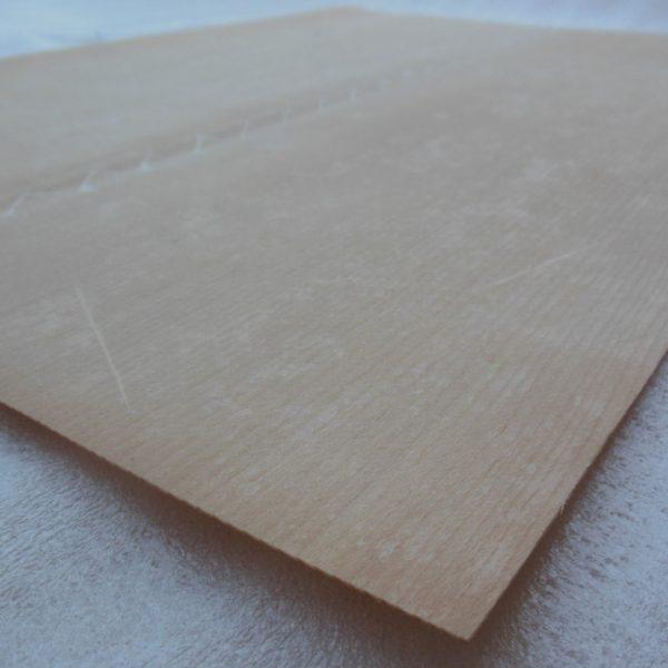 Veneer Spruce terbuat dari lapisan kayu berkualitas yang lentur, sehingga lebih mudah untuk dibentuk sesuai badan gitar atau bass custom buatan Anda.